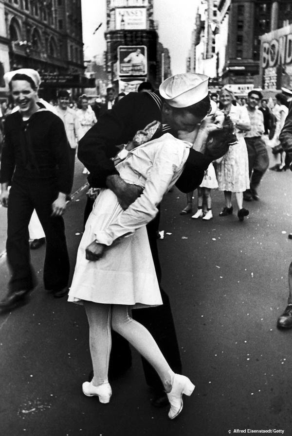 Famous Times Square kiss photo of a sailor kissing a nurse by Alfred Eisenstaed